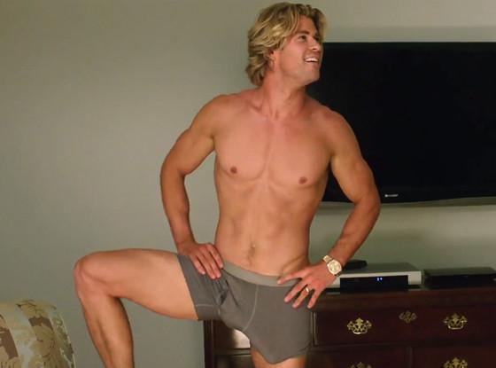 Chris Hemsworth aparece assim mesmo no trailer.