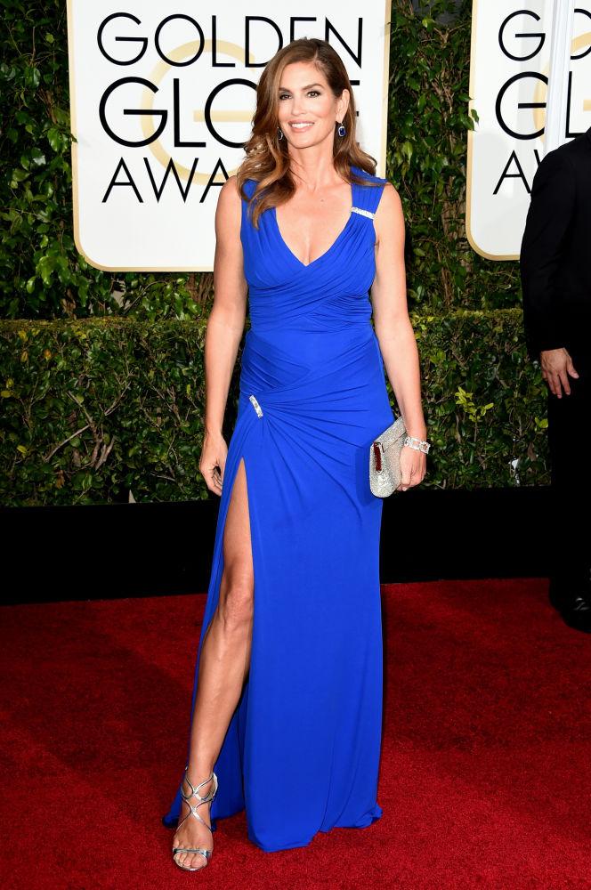 A modelo Cindy Crawford escolheu Versace para o tapete vermelho (Foto: Reprodução/Fashionista)