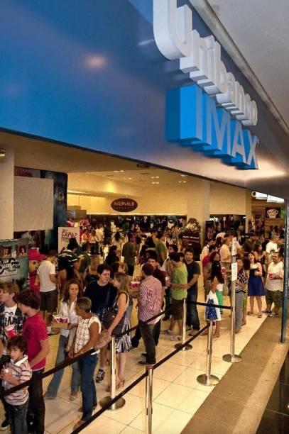 Frequentadores em frente à bilheteria, no domingo (14): Avatar com lotação esgotada