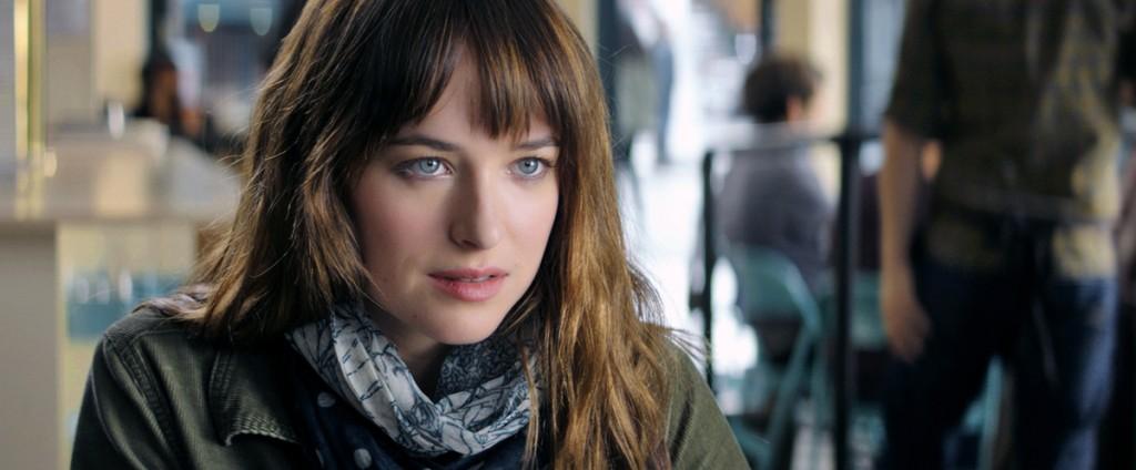 Dakota Johnson lança um olhar sedutor para Christian Grey