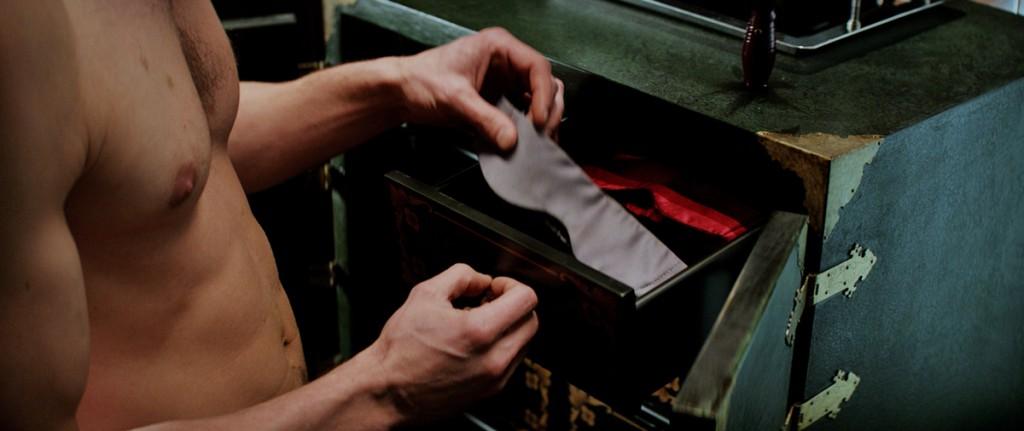 Para levar as mulheres ao delírio, Grey tira uma máscara da gaveta para... você já sabe, né?