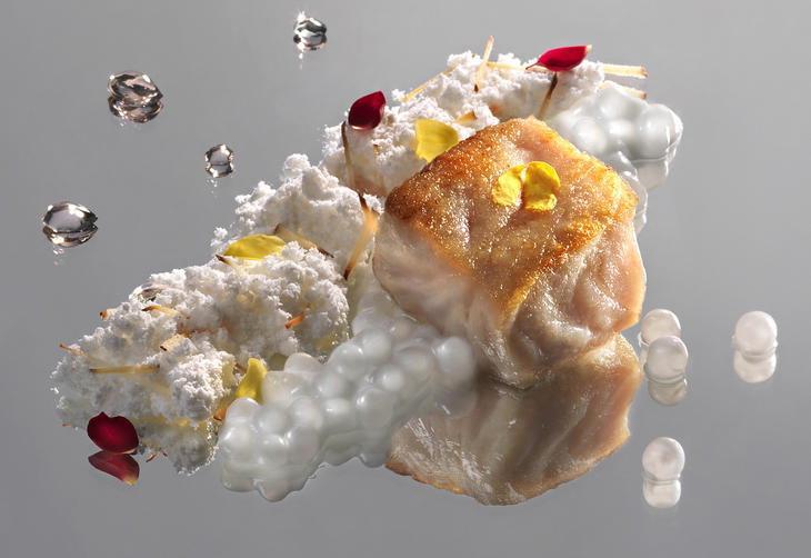 No antigo e memorável menu dos orixás: prato dedicado à Iemanjá de robalo grelhado com pérolas de leite de coco e capim-santo mais areia de coco (Foto: Sergio Coimbra)