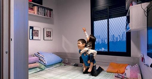 A exposição de fotógrafa reúne imagens de apartamentos e fachadas de edifícios paulistanos