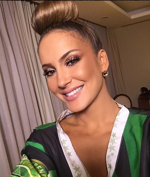 A cantora nos bastidores antes do desfile da Mocidade, no Rio de Janeiro. (Foto: Divulgação)