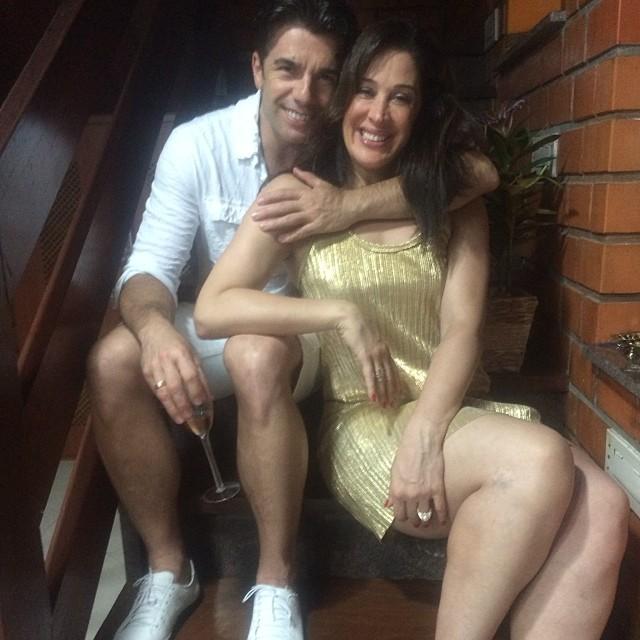 Claudia Raia, de vestido dourado, ficou com o namorado, Jarbas Homem de Mello
