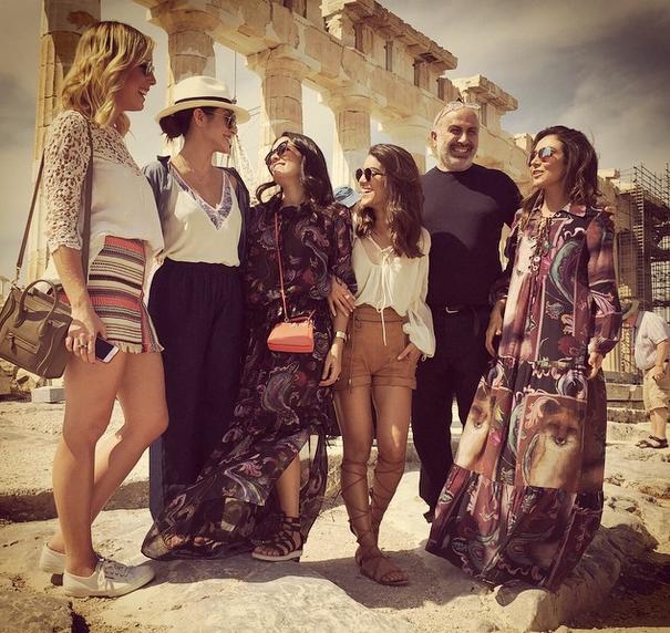 """Cl[eo Pires (de chap[eu), rodeada por blogueiras como Comila Coelho, Mariah Bernardes e Lalá Noleto: nova""""influencer"""" (Foto: Reprodução / Instagram)"""