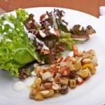 Atrações apenas no almoço: salada com caponata
