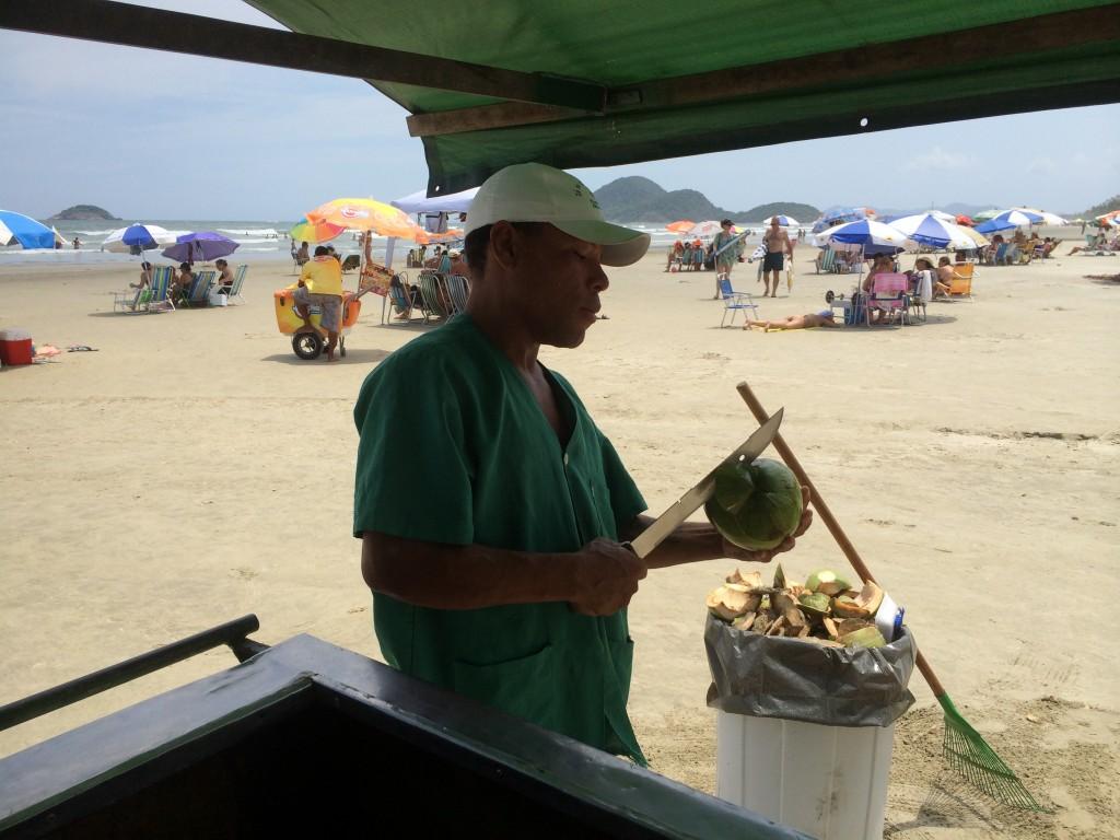 Isaías Cabral vende coco na Riviera de São lourenço (Foto: Fábio Lemos Lopes)