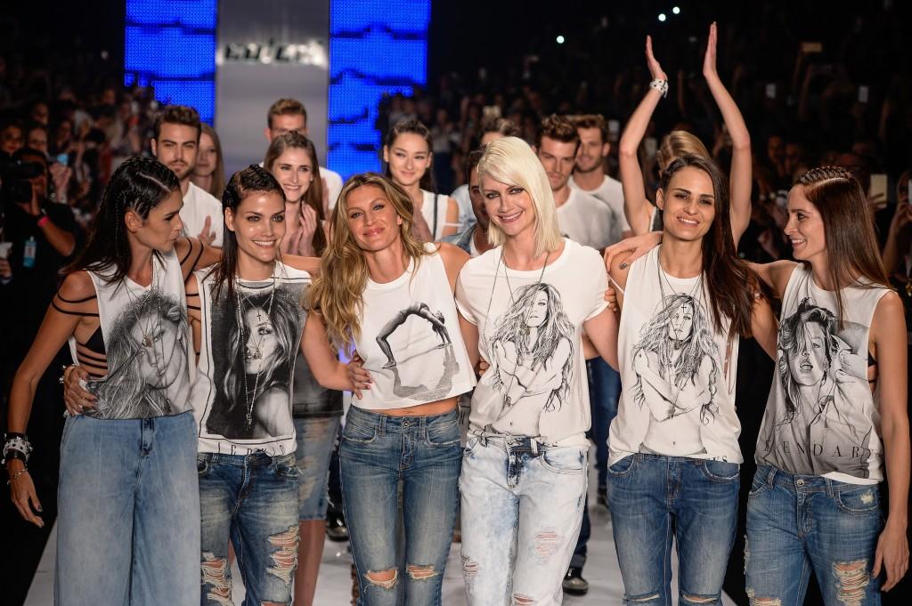 Despedida: ao lado das amigas, com homenagem (Foto: Divulgação/Colcci)