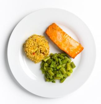 Filé de salmão com arroz à grega e vagem (Reprodução)
