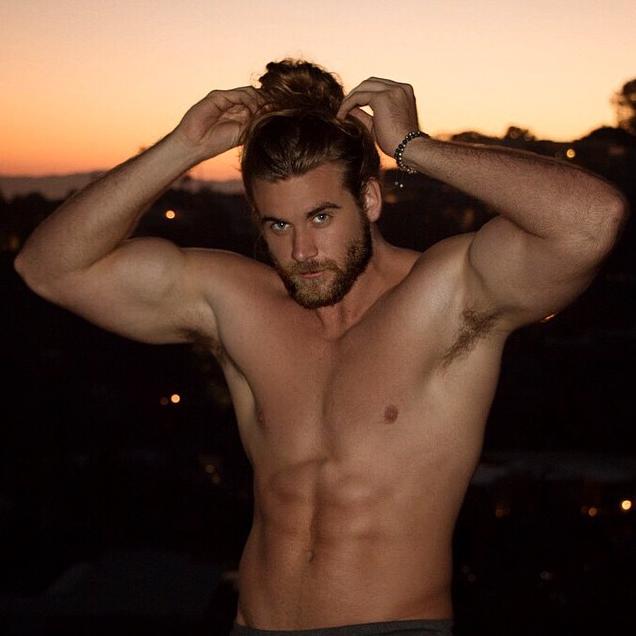 Brock O'Hurn mostra que homens de cabelos compridos, e coquinho, são charmosos sim! (Foto: Reprodução/Instagram)