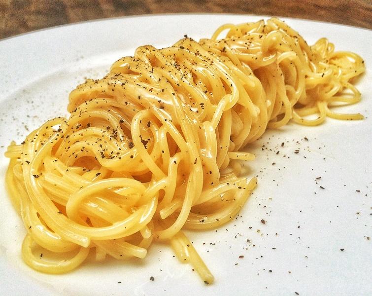 Massa simples e difícil de fazer: água, queijo e pimenta-do-reino