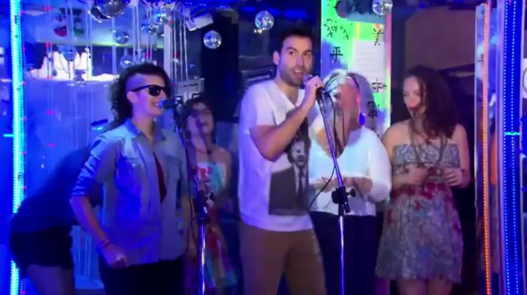 Diversão no karaokê: loucos por um microfone