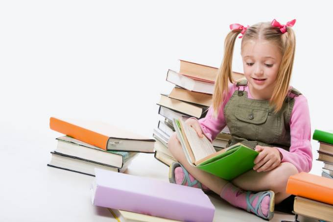 criança lendo livros