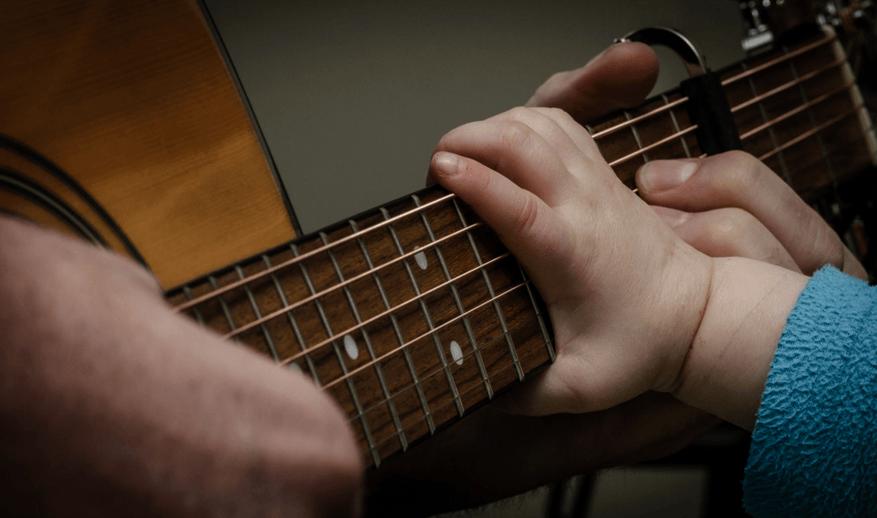 Criança violão