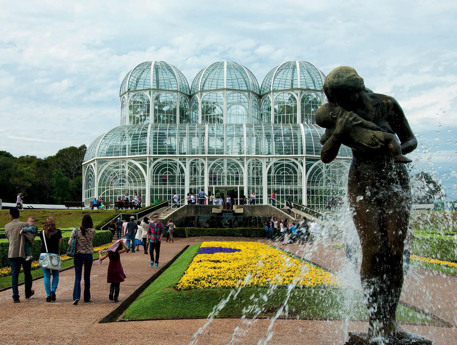 """Data da foto: 08/2012 Escultura M""""e na fonte, e a estufa de vidro, ao fundo, no Jardim Bot'nico """"Francisca Maria Garfunkel Richbieter""""."""