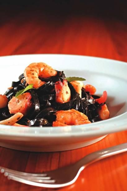Tagliatelle negro com lula, polvo e camarão salteados no azeite: atração do mediterrâneo D'olivino