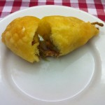 Flor de abóbora: empanada e recheada de aliche mais mussarela