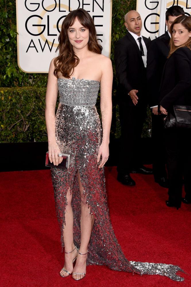 Dakota Johnson, que dará vida para a personagem de '50 Tons de Cinza', escolheu longo metalizado da grife Chanel Couture (Foto: Reprodução/Fashionista)