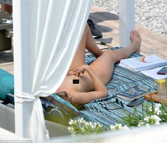 Dakota fez topless para a cena romântica