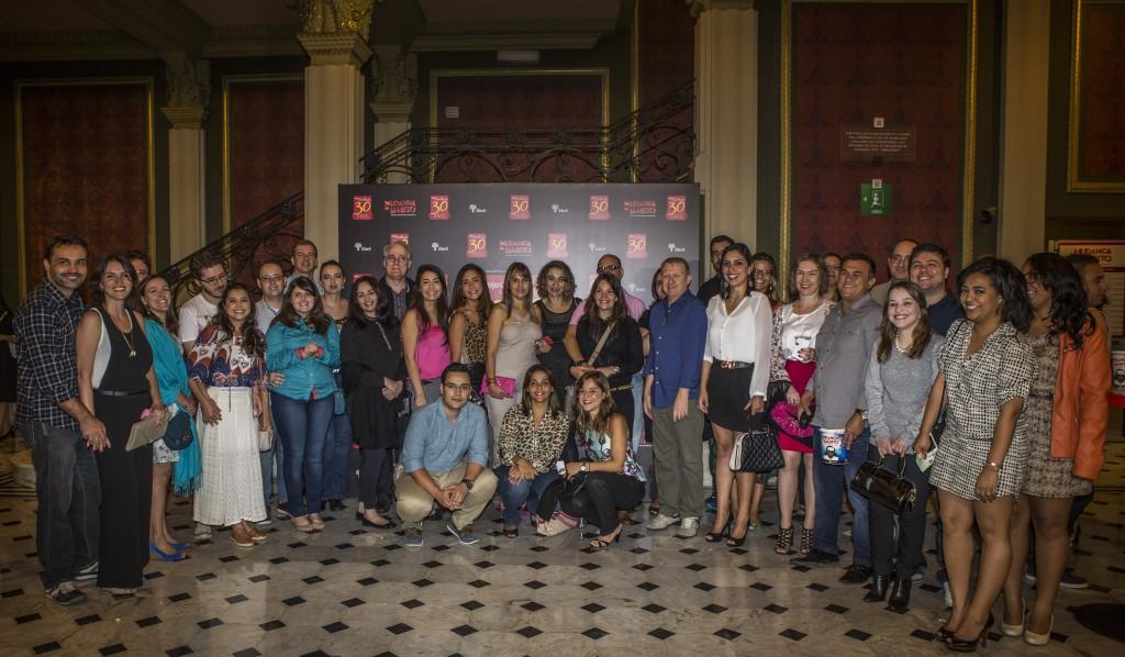 Antes da peça começar, o grupo se reuniu para uma foto