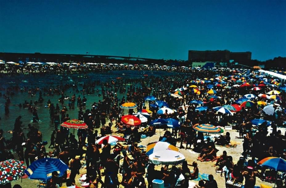 """Geral, de Daniel Klajmic: as praias ganham abordagens distintas na mostra """"Fotógrafos da Cena Contemporânea"""""""