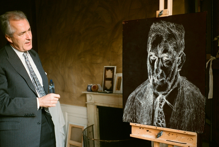 David Dawson, amigo e assistente de Lucian Freud, observa desenho com giz, o começo de uma gravura