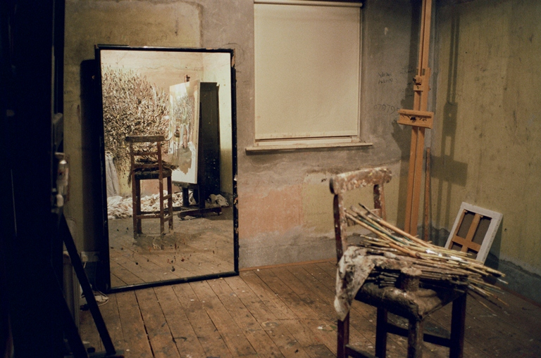 Espelho no ateliê de Lucian: Dawson queria retratar o processo criativo do artista