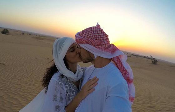 Débora Nascimento e José Loretto: casamento no deserto (Foto: reprodução)