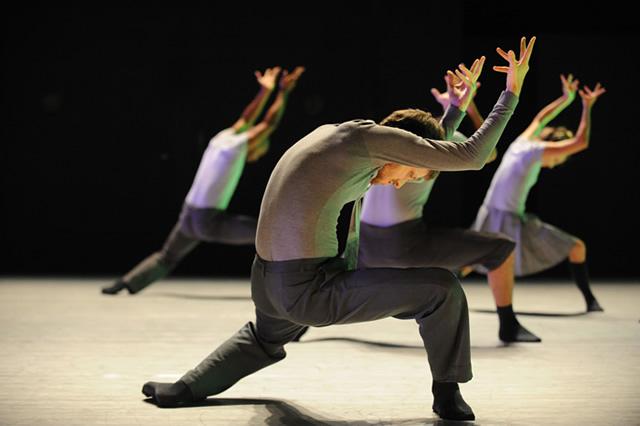 Espetáculo Deca Dance, por Batsheva Dance Company