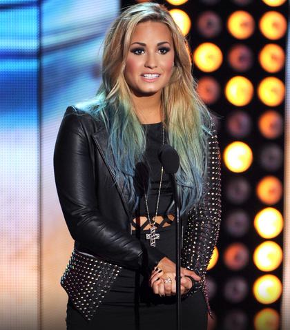 A cantora Demi Lovato também descoloriu os fios e criou um efeito arco-íris nas pontas dos cabelos (Foto: Reprodução)