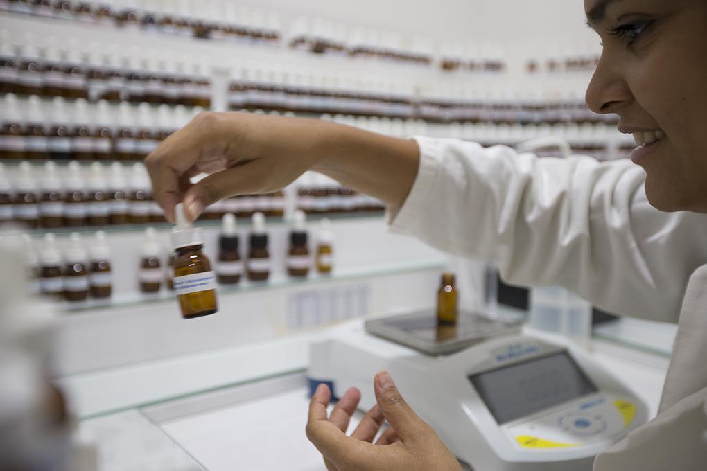 Etapa do curso de criação de perfumes (Foto: Divulgação)