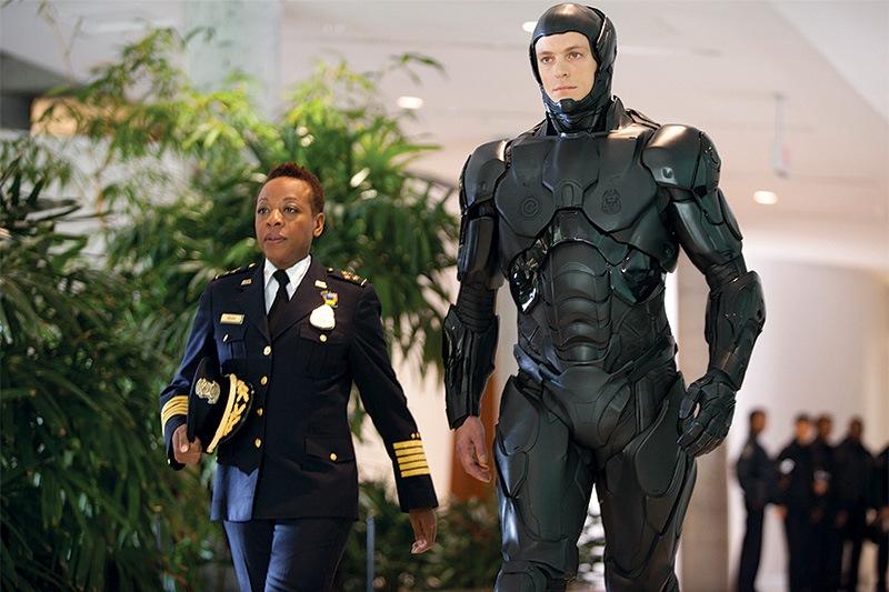 RoboCop: Kinnaman vestido como o policial do futuro, híbrido de homem e máquina em cenas de ação