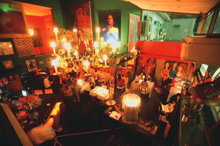 O pequeno salão do contemporâneo Di Bistrot: peças coloridas conferem ar divertido à decoração