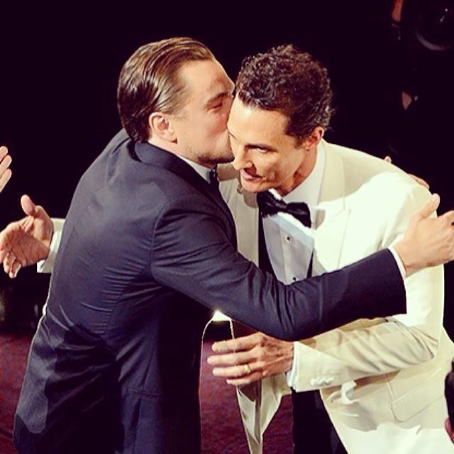 O fofo Leonardo DiCaprio dando um beijo em Matthew McConaughey, que levou o Oscar de melhor ator