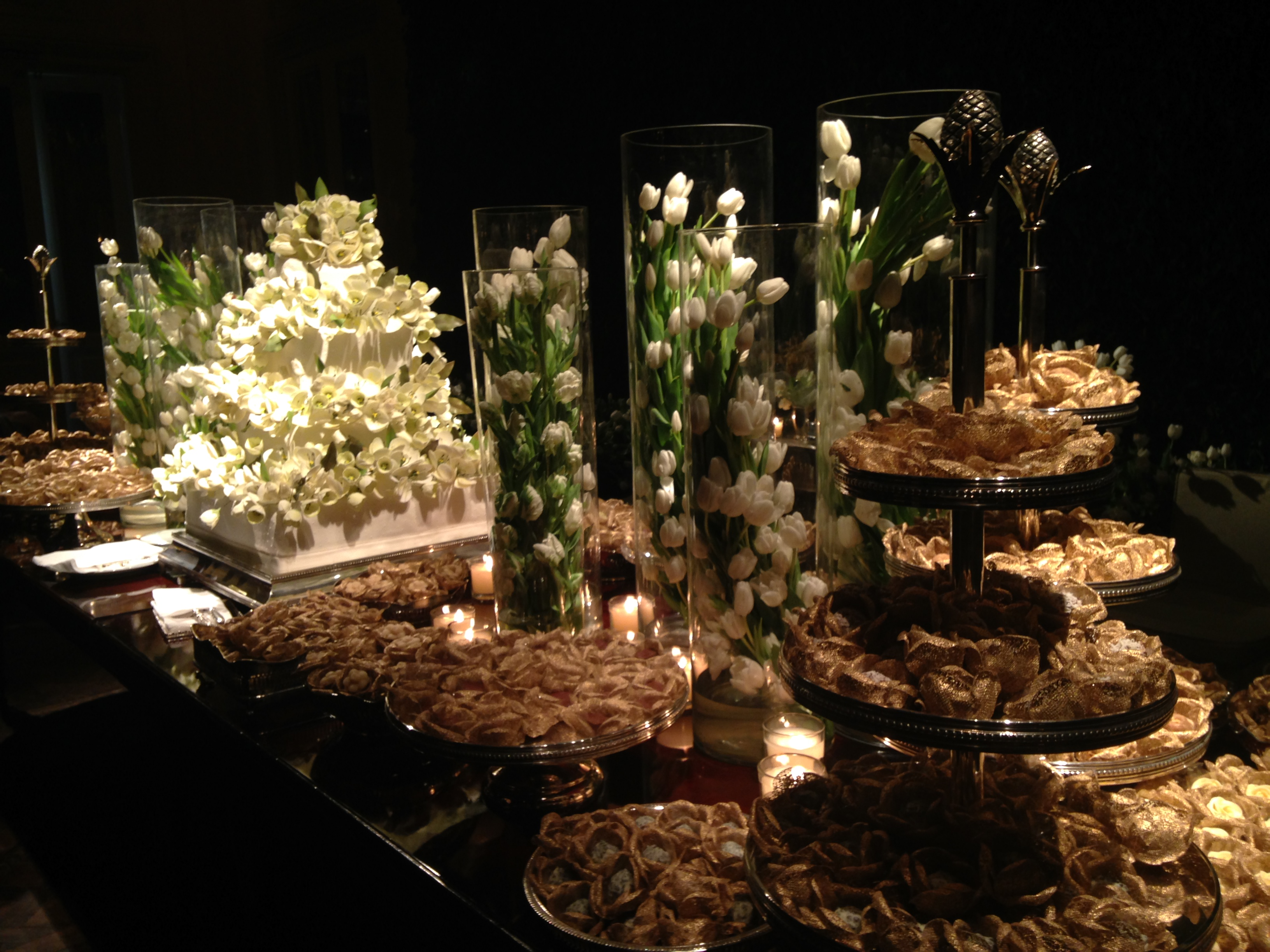 A mesa dos doces, feitos pela doceria Pati Piva