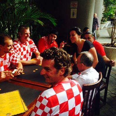 Equipe técnica da Croácia em visita ao Bar da Dona Onça (Foto: Reprodução Instagram)