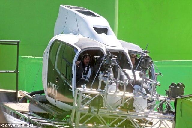 As câmeras captam o helicóptero em movimento (repare no fundo verde do estúdio)