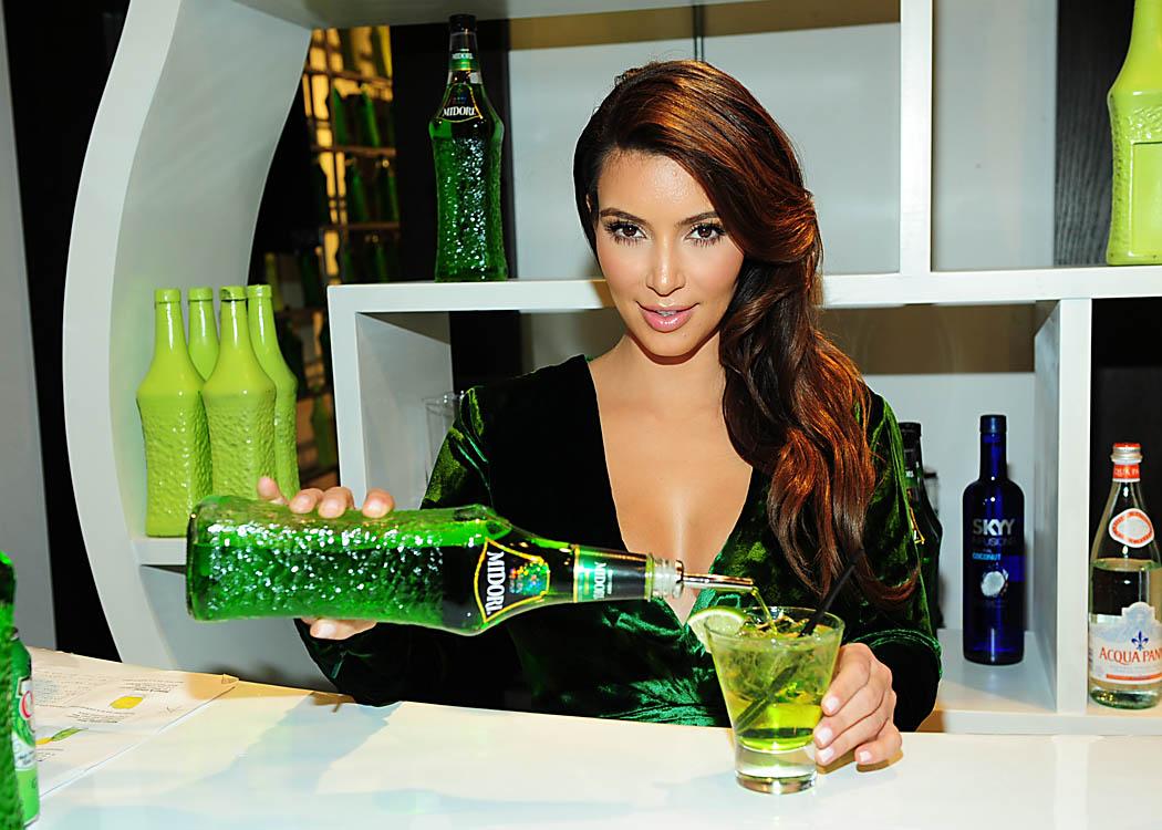 Kim Kardashian é a garota propaganda do Midori, um licor japonês que promete levantar os ânimos