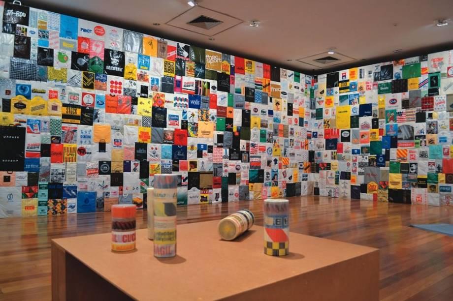 A instalação Os Nomes integra a retrospectiva da artista paulistana Jac Leirner