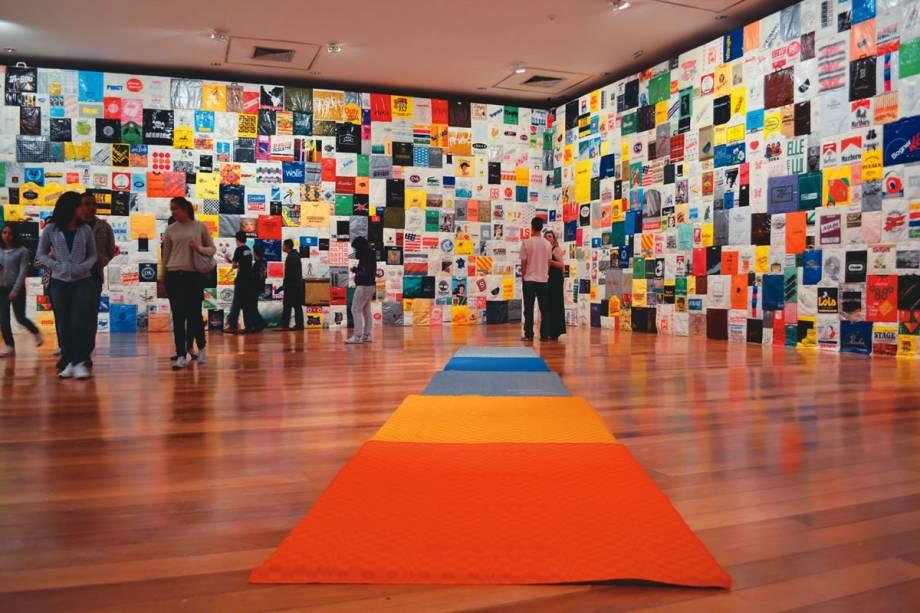 A instalação Nomes, de Jac Leirner: sacolas plásticas ocupam duas paredes inteiras