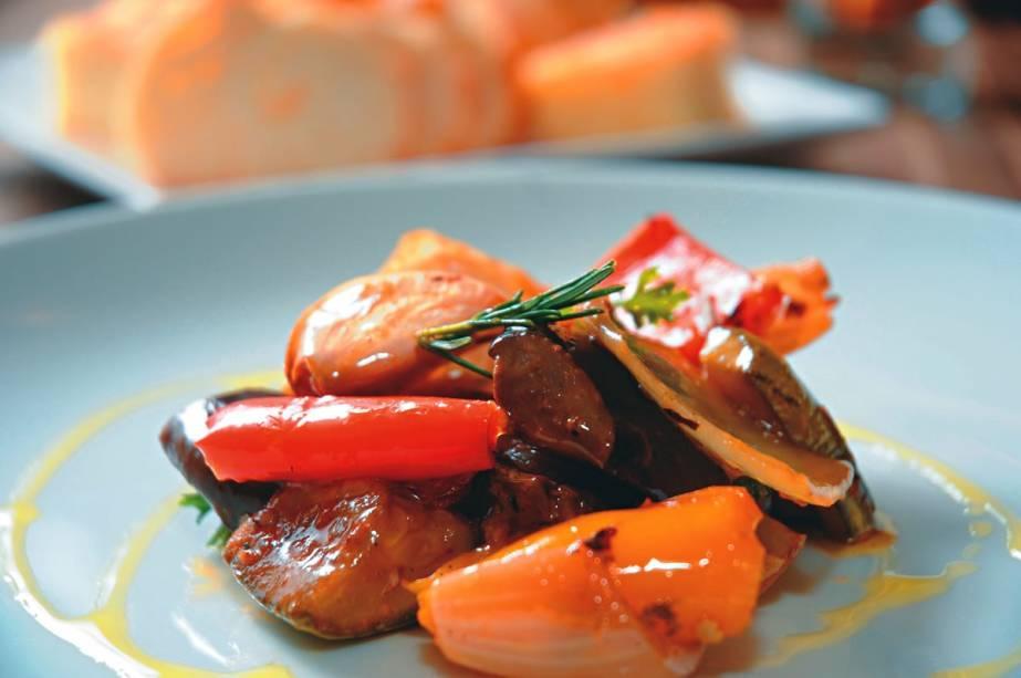 A colorida caponata: berinjela, abobrinha, cebola, alho e pimentões em pedaços grandes