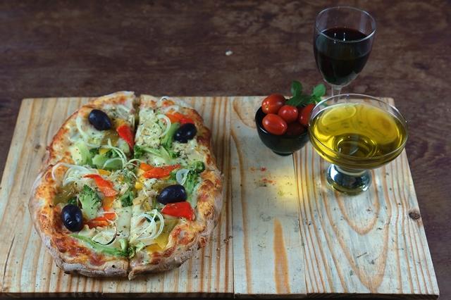 Pizza brotinho: queijo, brócolis, pimentão, champignon, cebola, tomate e azeitonas