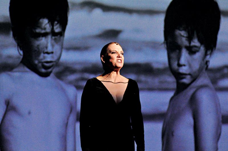 Denise Del Vecchio: no papel de Medeia, ela interage com a projeção no fundo do palco