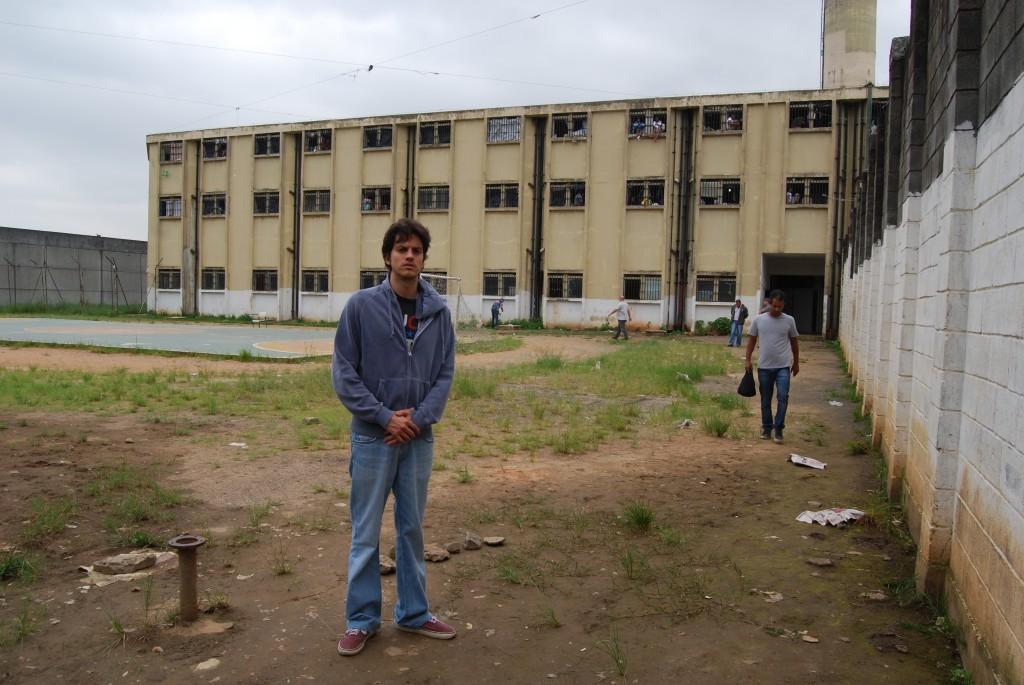 O diretor Fernando Grostein Andrade na locação do presídio de Na Quebrada