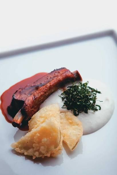No menu especial de pratos preparados com cachaça do contemporâneo Dui: costela suína no melaço de cana escoltada por espuma de cará e tempura de chuchu