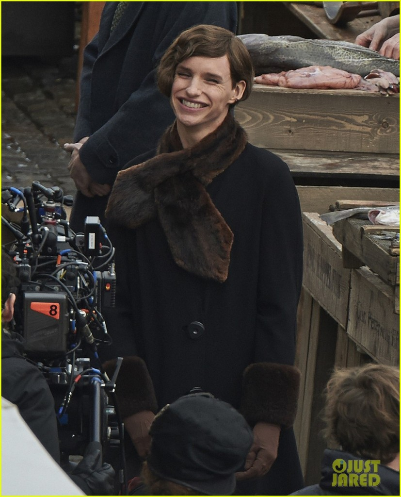 O ator no set de The Danish Girl (fotos do Just Jared)