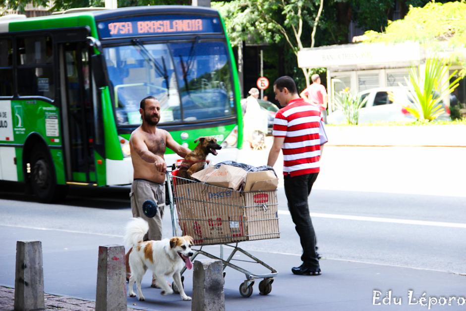 Morador de rua e seu cachorro