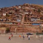 Pelada ao pé da favela de El Molino, em Cusco, no Peru (Crédito: Caio Vilela)