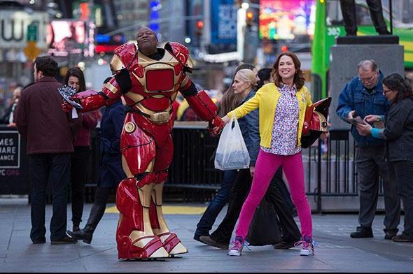 Titus e Kimmy em cena musical/paródia na Times Square